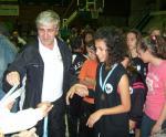 Ο Φίλος και θαυμαστής του συλλόγου μας, κος Λαμπρόπουλος, απονέμει τα μετάλλια στις αθλήτριες μας